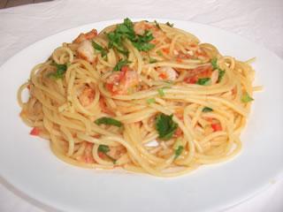 Espagueti con camarones servido