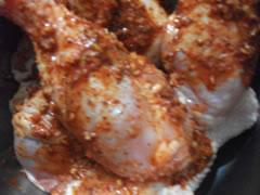 Pollo marinado en preparación