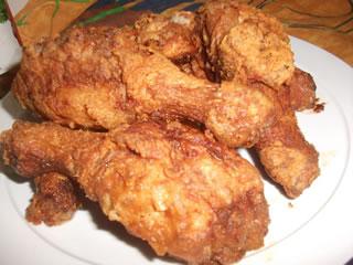 Pollo marinado frito servido listo para la mesa