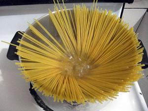 Fideos en agua para preparar spaguettis