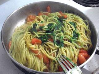 Preparación de Spaguetti con albahaca y tomate