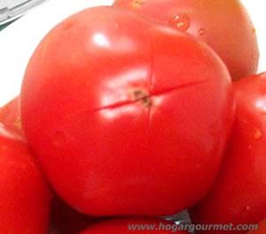 Tomate listo para ser escaldado y hacer pasta natural de tomate